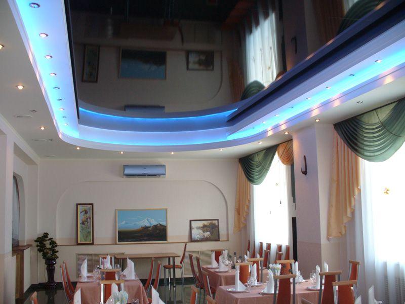 Стильный потолок криволинейный с подсветкой и светодиодными линиями