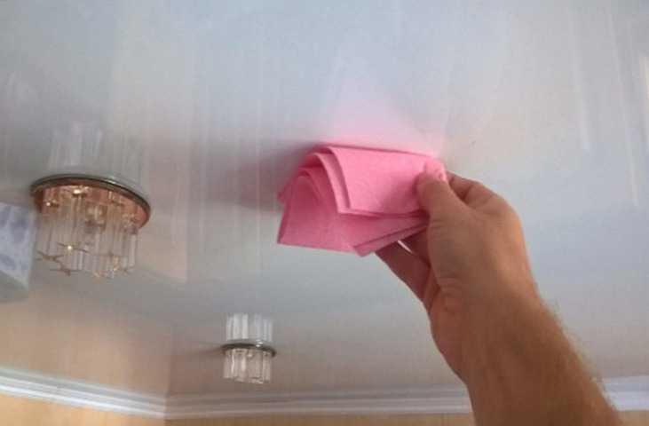 Потолок белый с люстрами в зале с плинтусом, размер комнаты 11кв.м