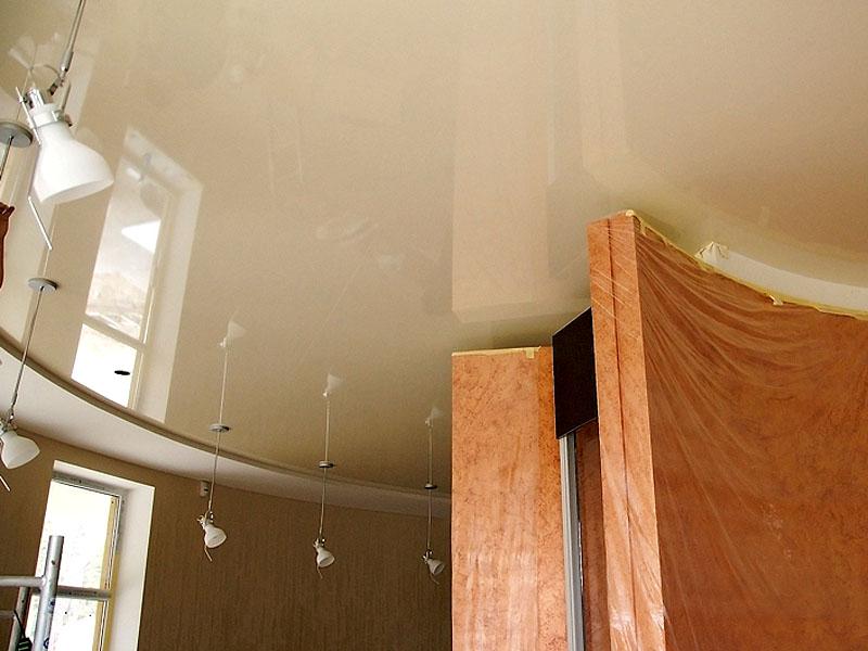 Двухуровневый потолок в кухне со встроенными светильниками и люстрами