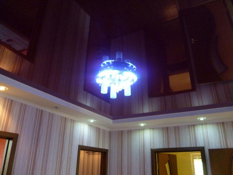 Двухуровневый, глянцевый потолок с точечными светильниками мощностью 8 ВТ