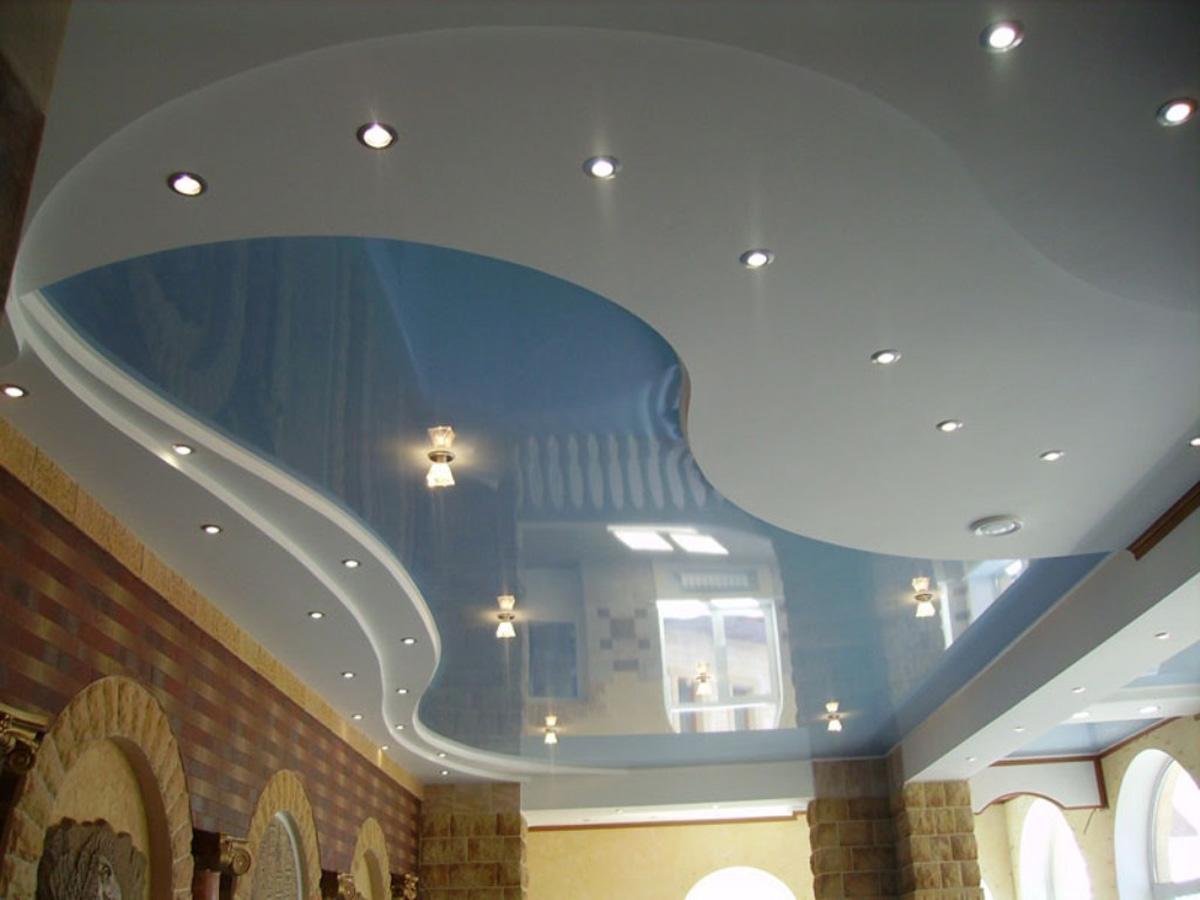 Голубой, криволинейный потолок в холе., высота 3 м, площадь 12кв.м
