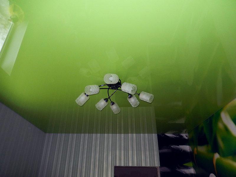 Потолок салатовый, размер комнаты 9кв.м, высота потолка 2,2м