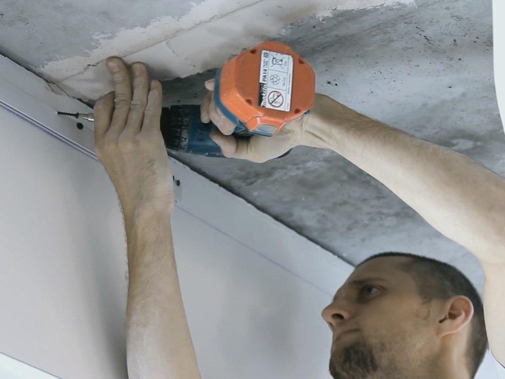 Установление багета для матового двухуровневого классического потолка