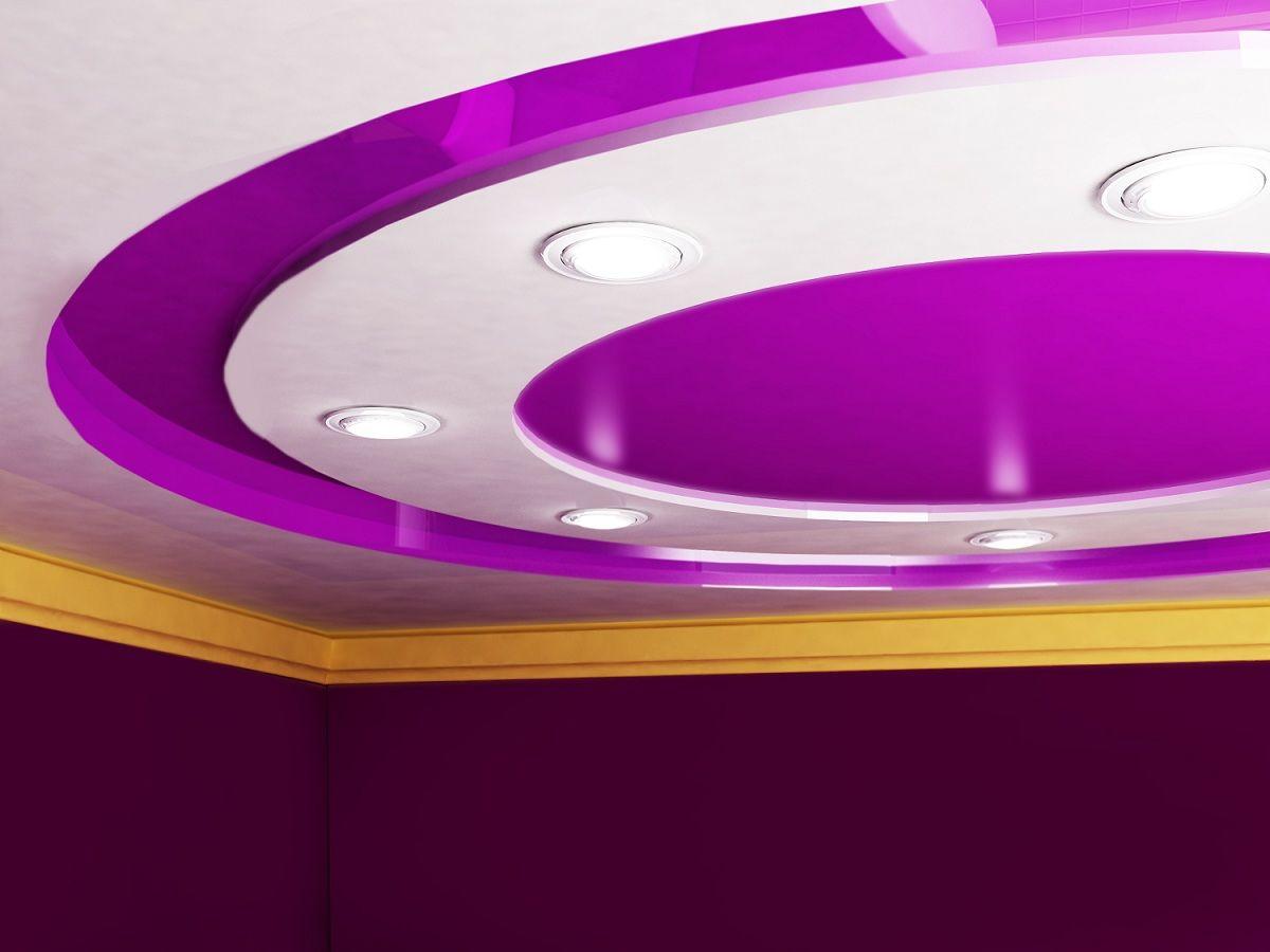 Многоуровневый глянцевый потолок с круглым элементом и точечными светильниками