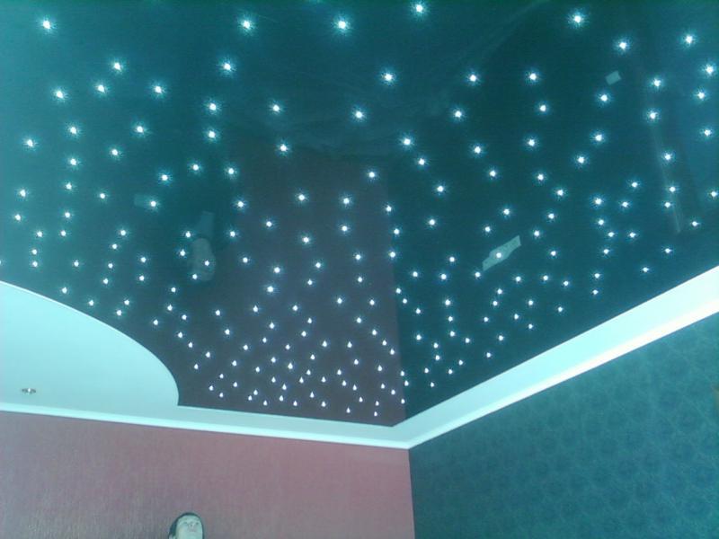 Экологический потолок со встроенным освещениемм мощностью 15 Вт, размеры комнаты 4м*6м