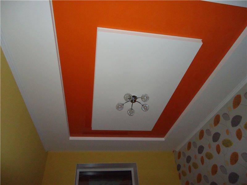 Сатиновый потолок с люстрой, в помещении площадью 11 кв.м,