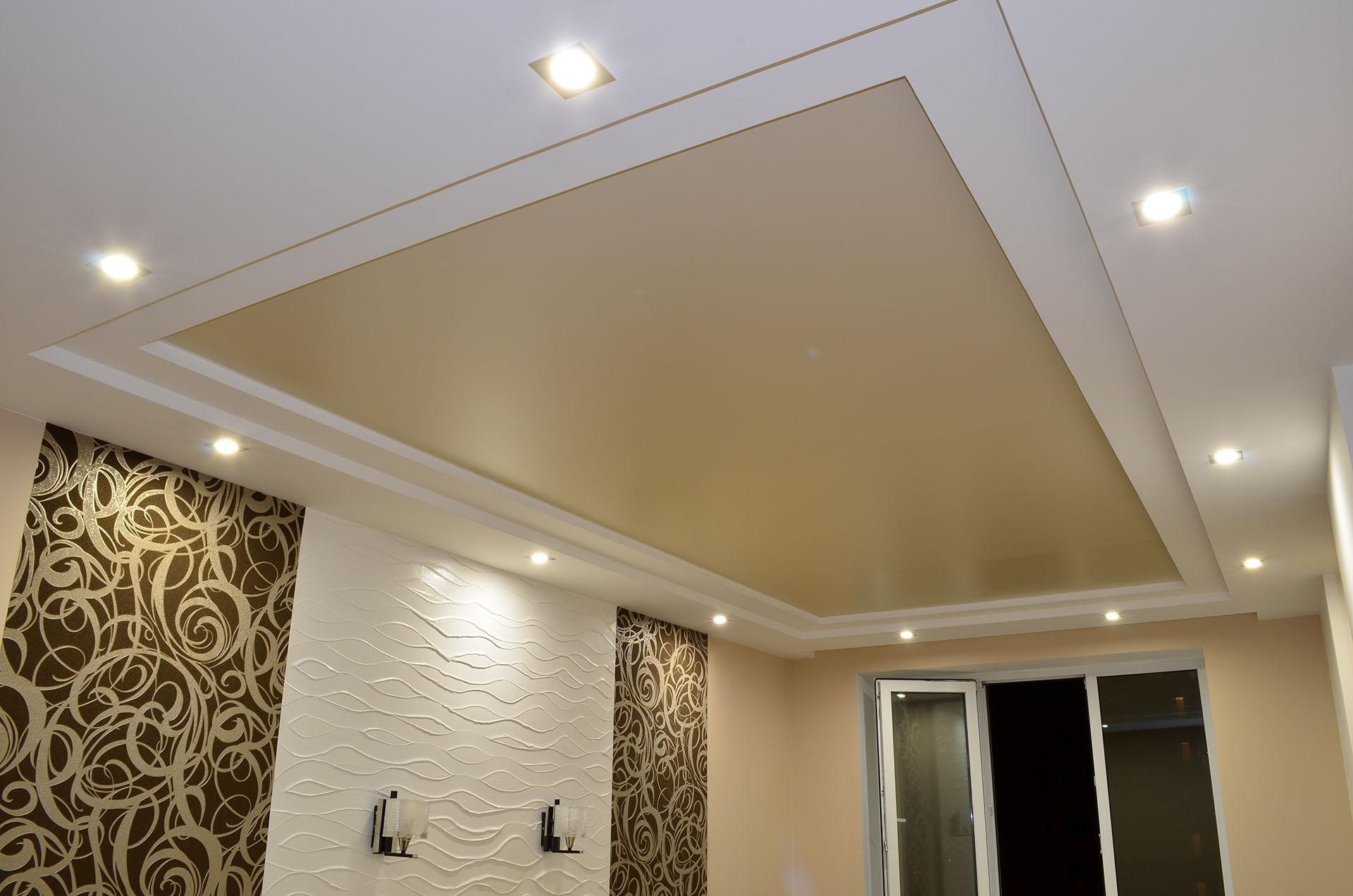 Матовый потолок со встроенными светильниками мощностью 12 ВТ, высота потолков 2,5м