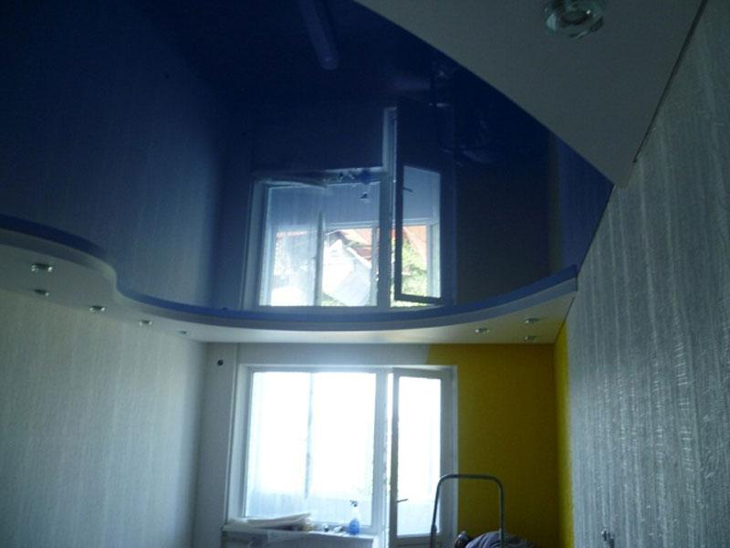 Сатиновый потолок в помещении шириной 4 м., длиной 6 м.,