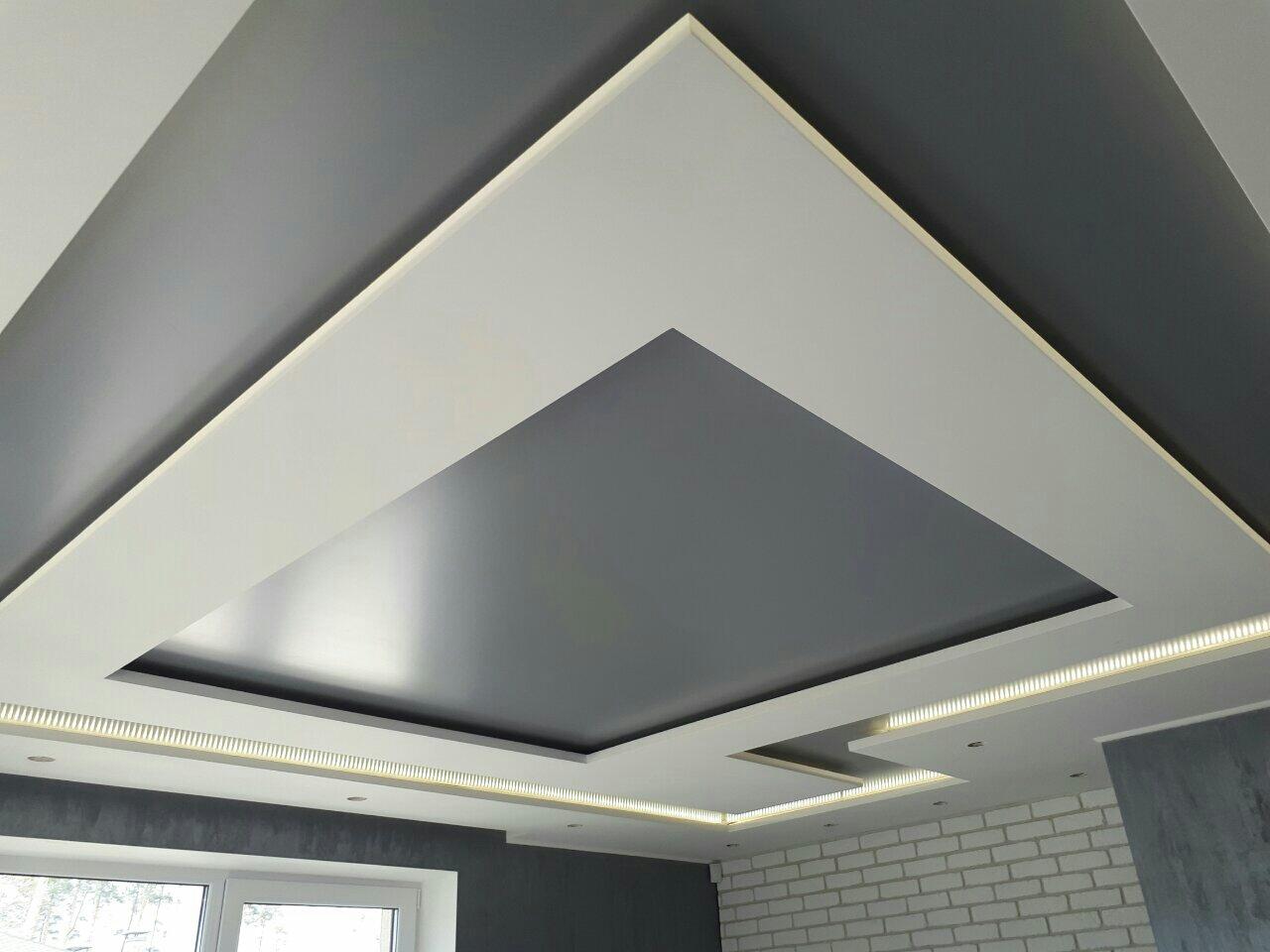 Потолок светлых тонов геометрической формы, площадь комнаты 25 кв.м
