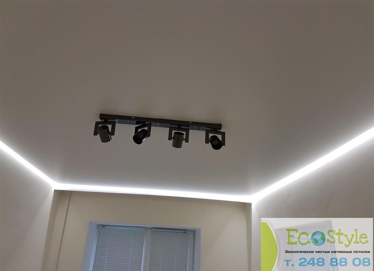 экологический белый потолок с парящими линиями, площадь потолка 14 кв.м