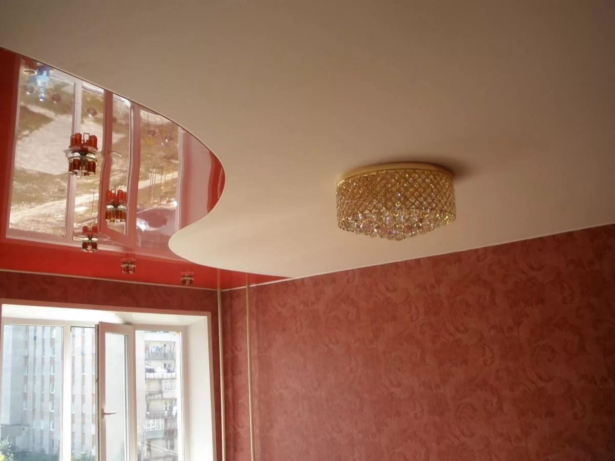 Глянцевый потолок со светильниками и люстрой, площадь зала 13 кв.м
