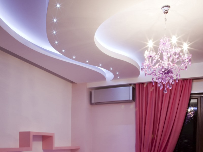 Потолок с подсветкой и люстрой в помещении площадью 13 кв.м