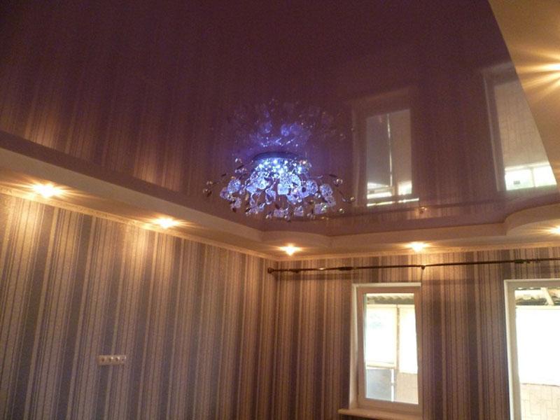 Сиреневый потолок с люстрой и светильниками, высота потолка 2,5 м