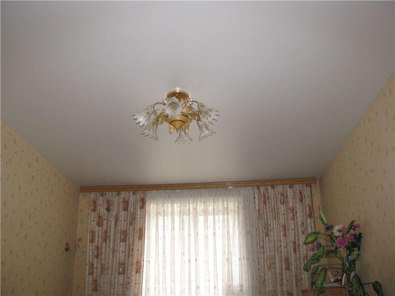 Белый потолок с люстрой, площадь комнаты 9 кв.м