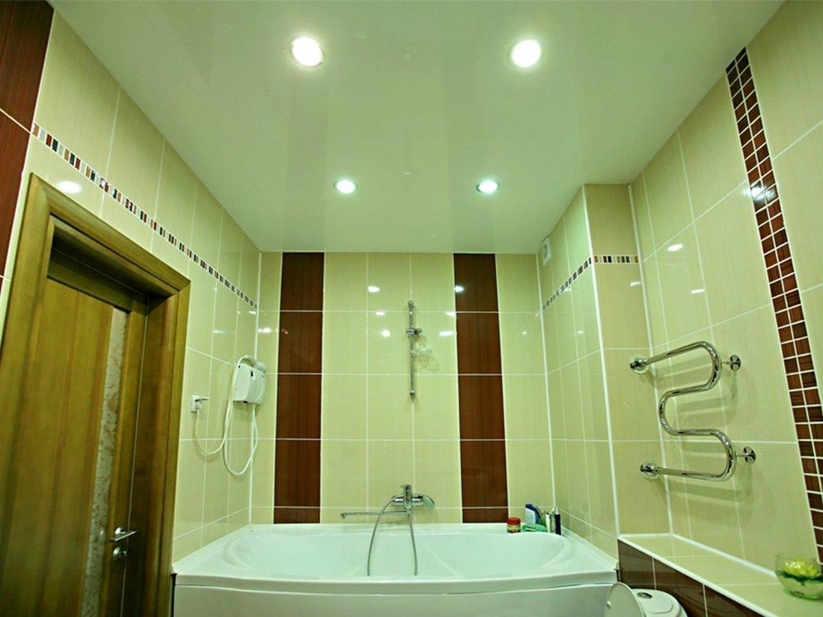 Потолок в ванне с подсветкой мощностью 10 к.ВТ, площадь комнаты 6 кв.м