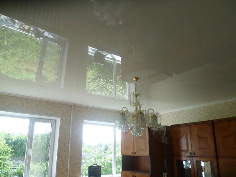Потолок белый в помещении общей площадью 12 кв.м